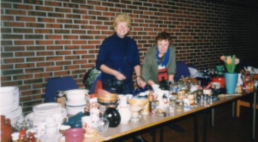 Hvordan skulle vi klare å drive fredsarbeid uten loppemarked? Stavanger avdelingen på loppemarked i Stavanger bydelshus. På bildet: Lise Bråten og Jorunn Berg.